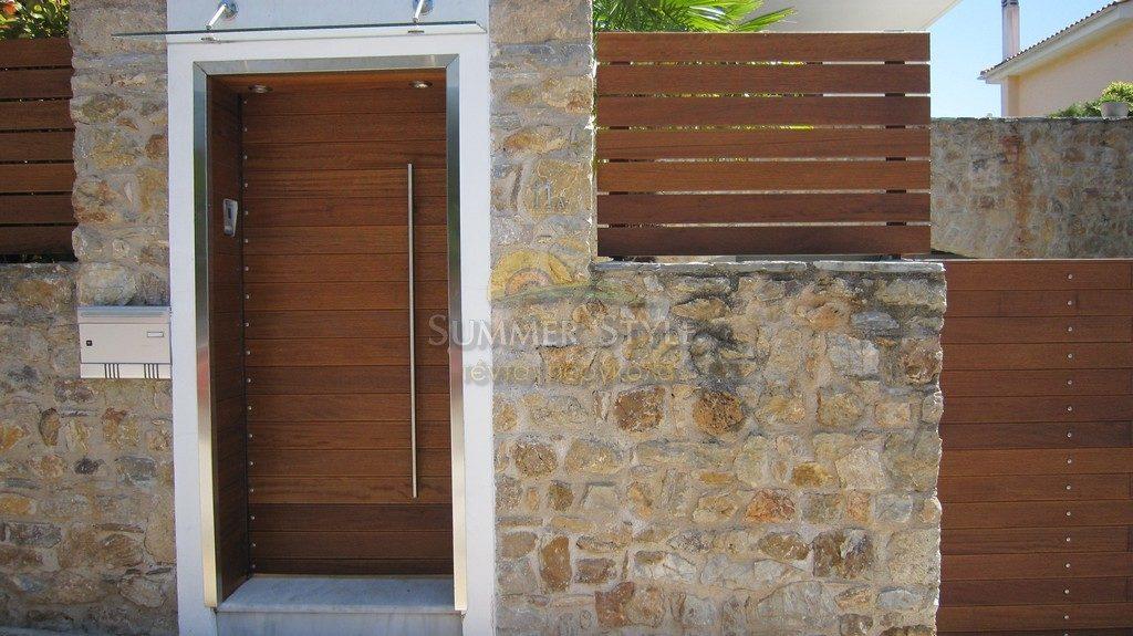 φράχτης ξύλινος iroco και πόρτα επένδυση με iroco